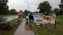 Koelwagen op z'n dak: gewonde naar ziekenhuis gebracht