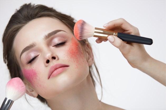 Hoe je een gezonde blos krijgt met een beetje blush