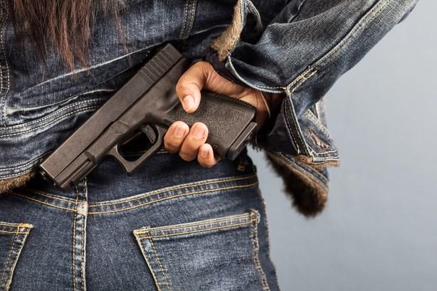 Lommelse richt met pistool op agente in politiekantoor