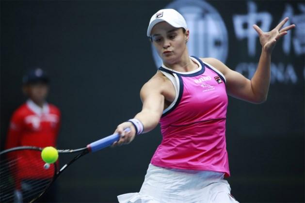 Nummer één van de wereld Ashleigh Barty knokt zich voorbij Petra Kvitova naar laatste vier in Peking