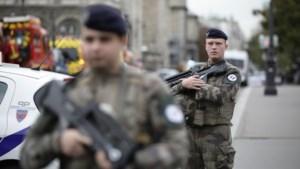 Steekpartij bij Notre Dame kost vier agenten het leven