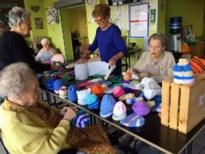 Bewoners Berkenhof breien babymutsjes voor Afrika