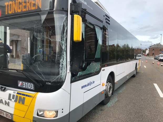 Tractor botst tegen lijnbus