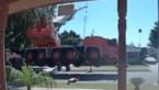 Deurbelcamera filmt hoe hijskraan tijdens werken kantelt en op woonwijk terechtkomt
