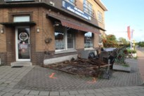 Postauto ramt terras en gevel van kebabzaak