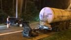 Auto knalt achterop geparkeerde vrachtwagen