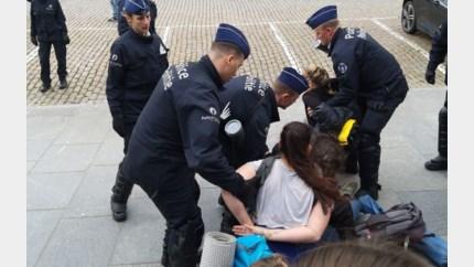 Politie arresteert klimaatrebellen en zet waterkanon in bij ontruiming Koningsplein