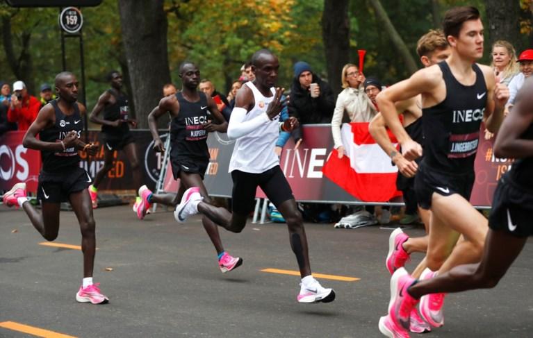 Marathon in minder dan twee uur! Eliud Kipchoge duikt als eerste mens onder magische grens