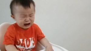 Vader ten einde raad wanneer peuter blijft huilen, tot hij dit trucje probeert