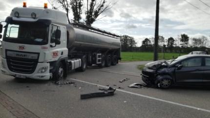 Twee gewonden na kop-staartaanrijding tegen tankwagen