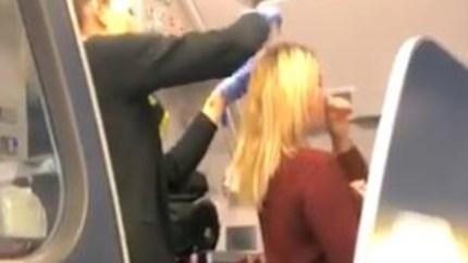 Vliegtuig ontruimd nadat passagier overgeeft op hoofd van vrouw