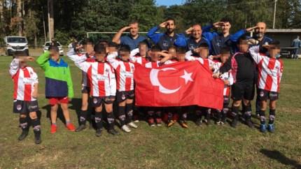 Ook KFC Anadol brengt omstreden Turkse groet