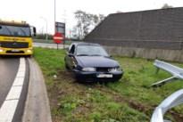 Automobilist rijdt tegen vangrail van afrit