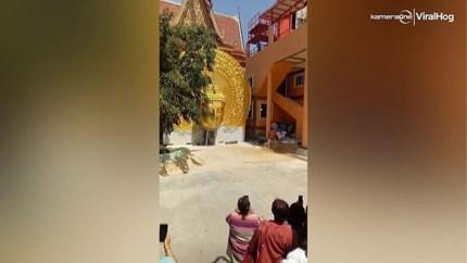 Toeristen kunnen op tijd wegspringen voor vallend standbeeld