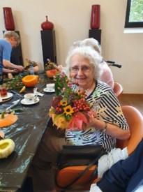 Bewoners Clarenhof maken mooie bloemstukjes
