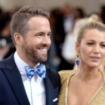 Blake Lively en Ryan Reynolds poseren met baby