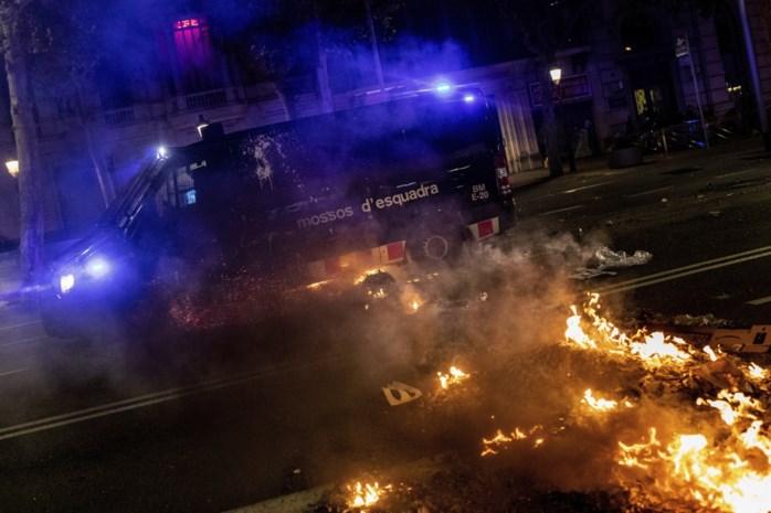 Opnieuw onrustige nacht in Barcelona: separatisten clashen opnieuw met politie en steken tafels en stoelen in brand