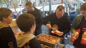 Jeugddienst deelt 1.350 gratis hotdogs uit op de Markt