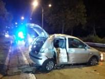 Bestuurder onder invloed knalt tegen paal, passagier zwaargewond