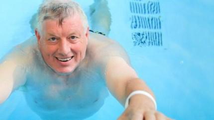 Nooit te oud om te leren: Frans leert zwemmen op zijn zestigste