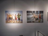 Drie dames stellen tentoon in Bel-Art