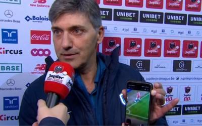 Zelden gezien: woedende Felice Mazzu toont live op tv foto op gsm waaruit fout van VAR moet blijken