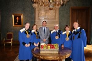 Keizerlijke Commanderie offreert fruit aan de koning