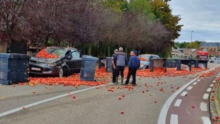Tractor verliest lading appelen, twee auto's perte totale