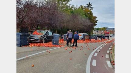 Tractor verliest lading appelen in Sint-Truiden, twee auto's perte totale