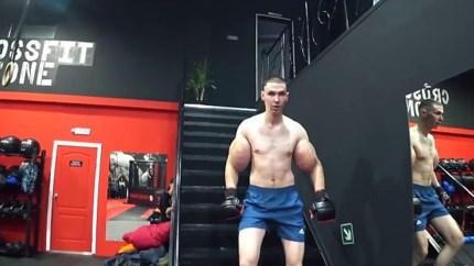 Levensechte 'Popeye' met reusachtige biceps houdt het slechts drie minuten vol in boksring