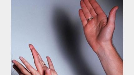 Destructief Hams koppel molesteert vrouw met kachelpook