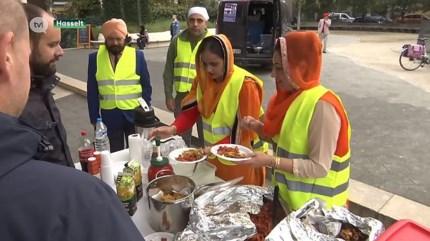Sikhs delen warme maaltijden uit in Hasselt