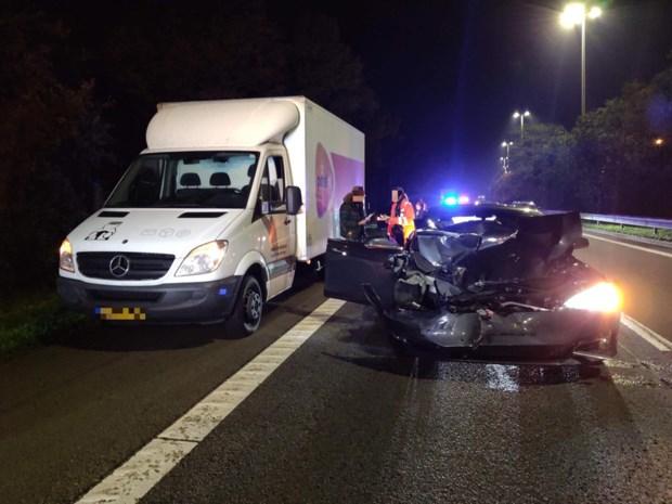 Bestuurder rijdt Tesla perte totale en krijgt lift van Hanne Troonbeeckx