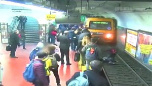 Man valt flauw en duwt vrouw op het spoor voor aanstormende metro