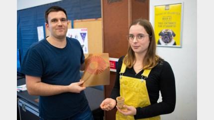 Leer van fruitafval en een gsm-lader van bacteriën