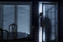 Dieven breken slaapkamer binnen terwijl bewoner klaarwakker in bed ligt