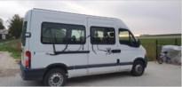 Vandaal bespuit muur en schoolbus met graffiti in Jeuk
