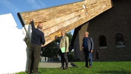 Zwammen vreten de kerk van Schoonbeek op