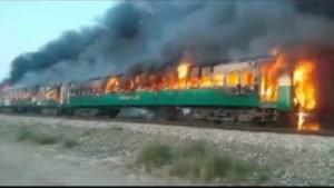 Zeker 65 doden bij brand in trein in Pakistan