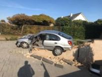 Tollende auto richt ravage aan in Helstraat