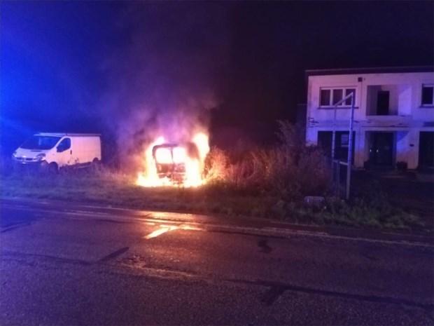 Bestelwagen vol bouwafval uitgebrand