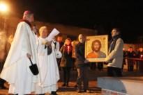 Bisschop Dickmans zegent icoon voor Allerheiligenkapel in