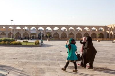 Iraanse vrouwen rijden geestelijke aan die hen verklikte voor... uitlaten van honden