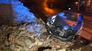 Autobestuurder torpedeert gevel tussen woningen in Gellik