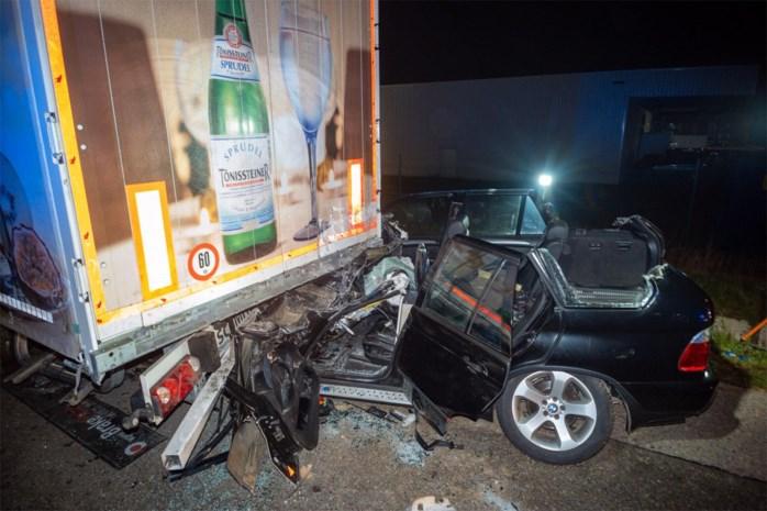 Vrouw en man zwaargewond na botsing met geparkeerde vrachtwagen