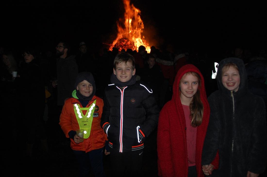 Duizenden Zonhovenaren verwarmen zich aan jubileumeditie Hol... (Zonhoven) - Het Belang van Limburg