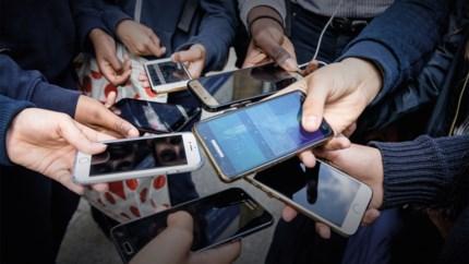 Wie smartphone veel gebruikt op school, presteert minder goed