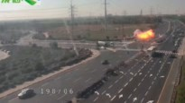 Bewakingscamera filmt hoe raket inslaat op autosnelweg