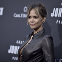 Halle Berry mag dan wel 53 zijn, ze showt nog graag haar sixpack