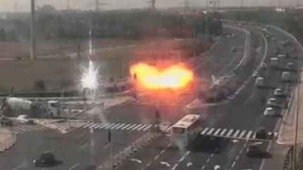 Automobilisten ontsnappen nipt aan raketaanval op autosnelweg